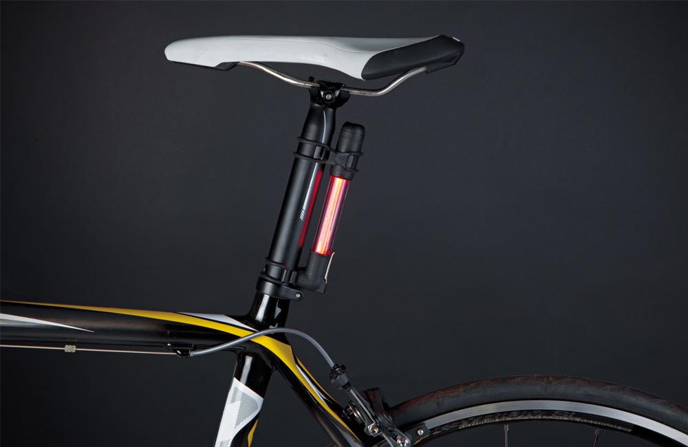 Topeak-Mini-Rocket-iGlow-Luftpumpe-mit-Rücklicht-Beleuchtung-Sattelstütze