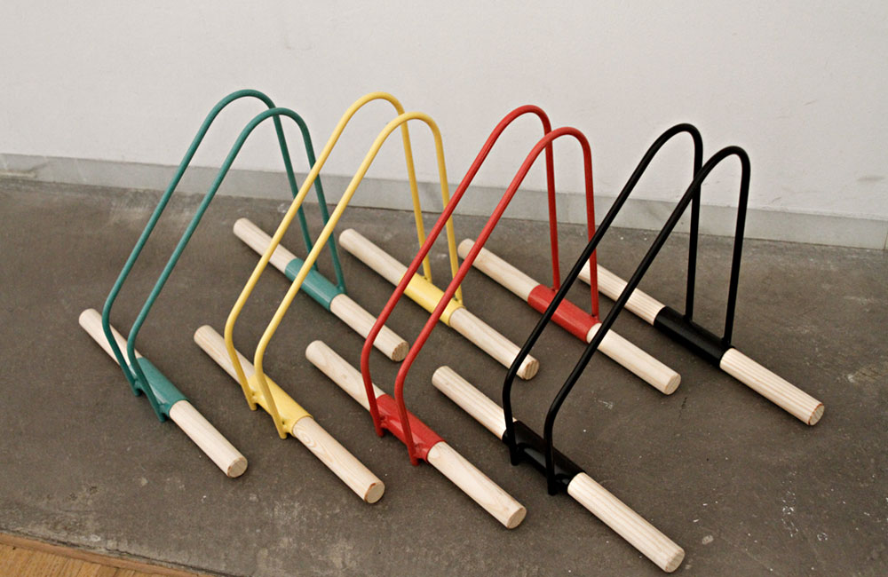 WAO-Bike-Stand-Fahrradstaender-Metall-Holz-Gruen-Gelb-Rot-Schwarz