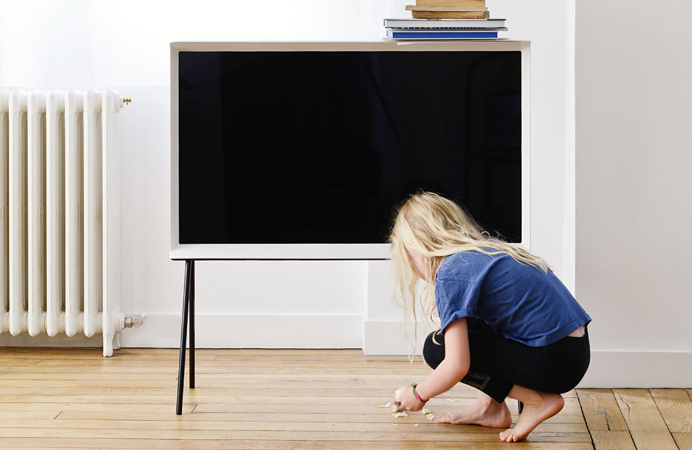 serif tv samsungs design fernseher ist jetzt auch in deutschland erh ltlich unhyped. Black Bedroom Furniture Sets. Home Design Ideas
